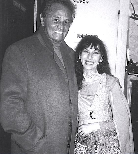 Roger Hanin félicite Fabell à sa sortie de scène au Sentier des Hall en 2004    © Malie Letrange