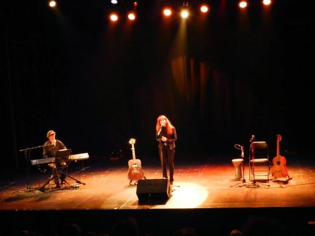 Fabell, accompagnée par Patrick Pernet, sur la belle scène du Vingtième Théâtre - © Tran Nghi