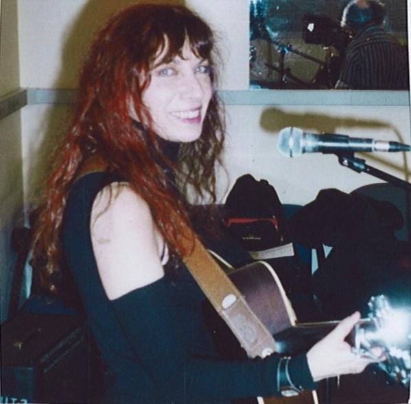 """Fabell/Fabienne Elkoubi en studio pour l'enregistrement de """"Tout feu, tout femme!"""" - © Rouge Orange"""