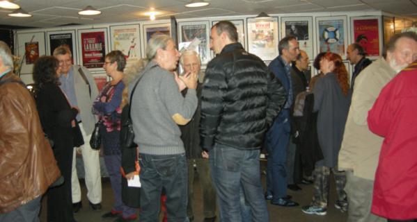 Dès 19 heures, le public se presse dans le hall du Vingtième Théâtre -  © Rouge Orange