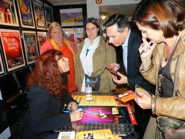 Fabell, très entourée à sa sortie de scène, dédicace son album à un public conquis -  © Rouge Orange