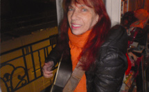 """CONFINEMENT CORONAVIRUS. Fabell/Fabienne Elkoubi fait un concert """"à la fenêtre"""" pour rendre hommage au personnel soignant."""